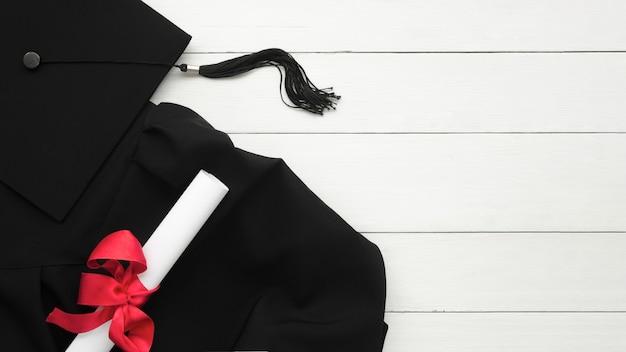 Vue de dessus composition de graduation festive sur fond de bois