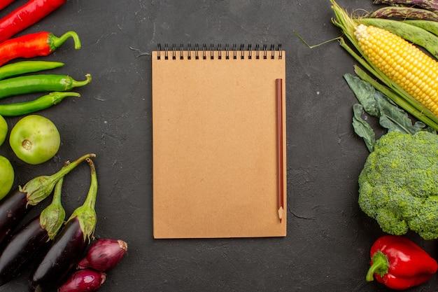 Vue de dessus de la composition de légumes frais sur fond gris foncé