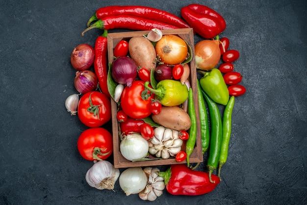 Vue de dessus composition de légumes frais sur salade de table gris foncé couleur mûre fraîche