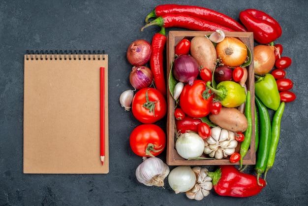 Vue de dessus composition de légumes frais sur table grise salade couleur mûre fraîche