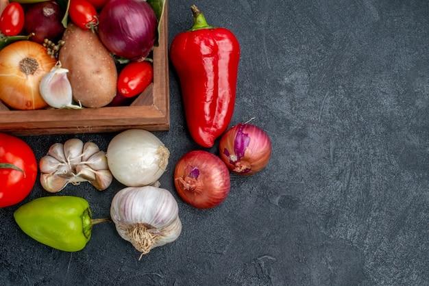 Vue de dessus composition de légumes frais sur table sombre salade de couleur mûre fraîche