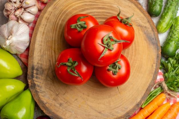 Vue de dessus composition de légumes frais avec tomates sur fond blanc
