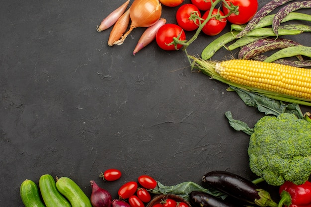 Vue de dessus composition de légumes mûrs frais sur fond gris