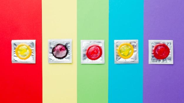 Vue de dessus la composition de la méthode de contraception sur fond arc-en-ciel