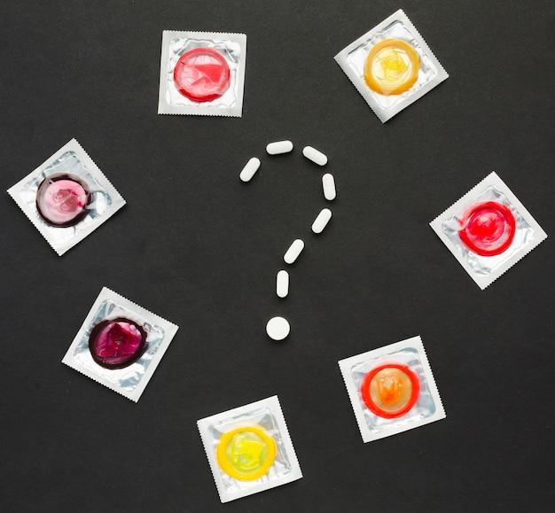 Vue de dessus la composition de la méthode de contraception sur fond noir