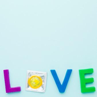 Vue de dessus composition de méthode de contraception avec lettrage d'amour