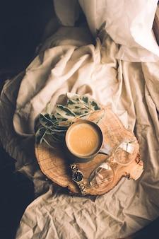 Vue de dessus de la composition de la nature morte tasse de thé