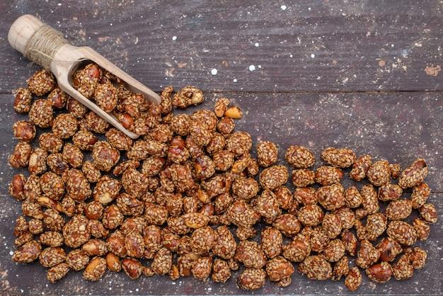 Vue de dessus composition de noix de miel sucré sur la photo de collation sucrée de noix de bureau en bois