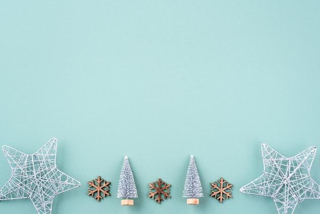 Vue de dessus de la composition d'ornement de décoration de vacances de noël avec arbre de noël cadeau star gingerbread man flat lay with copy space isolé sur fond vert