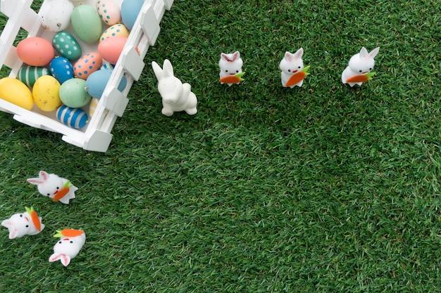 Vue de dessus de la composition de pâques avec la clôture, des lapins et des oeufs