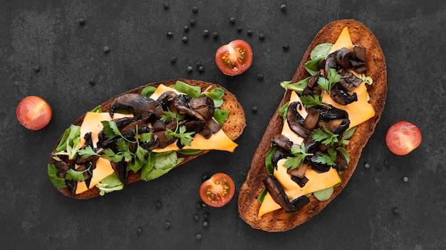 Vue de dessus composition de sandwichs frais sur fond noir