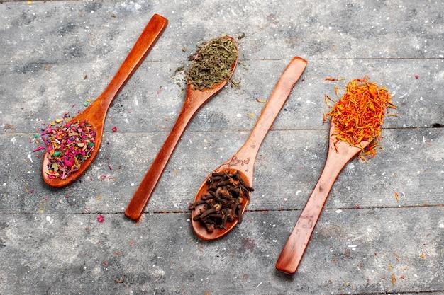 Vue de dessus de la composition de thé séché frais avec une saveur de fleur sur l'espace rustique gris