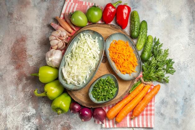 Vue de dessus composition végétale poivrons carottes ail et autres légumes sur fond blanc