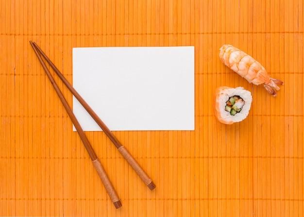 Vue de dessus concept de jour de sushi avec des baguettes