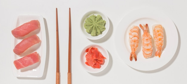 Vue de dessus concept de jour de sushi avec wasabi