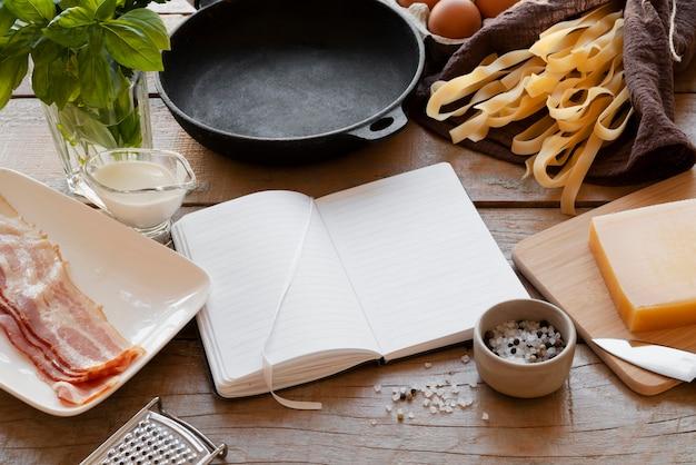 Vue de dessus sur le concept de nature morte de livre de recettes