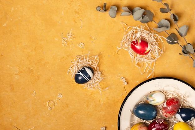 Vue de dessus concept d'oeufs de pâques traditionnels