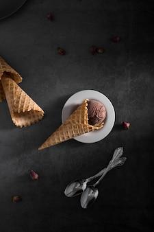 Vue de dessus des cônes pour la crème glacée sur la table