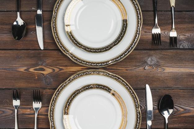 Vue de dessus de la configuration de la table sur une table en bois sombre
