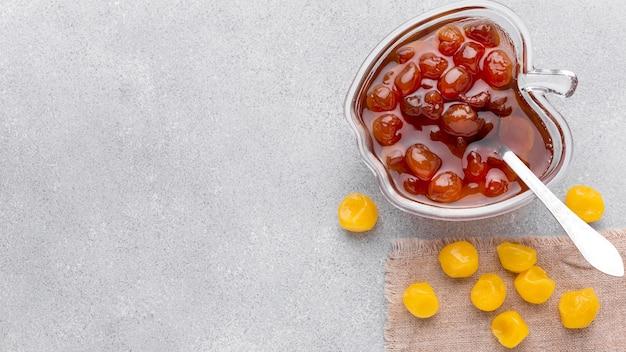 Vue de dessus de la confiture de fruits dans un bol