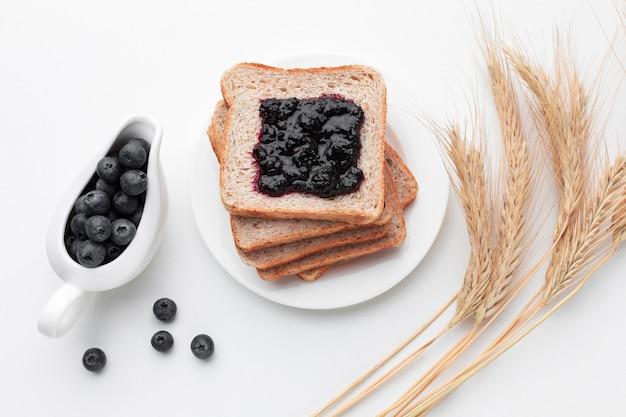 Vue de dessus de la confiture de fruits sur du pain