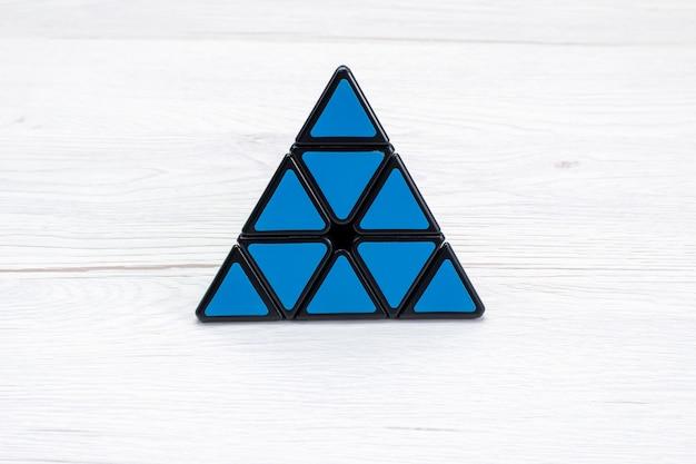 Vue de dessus de la construction de jouets offul conçu en forme de triangle sur un bureau léger, plastique jouet