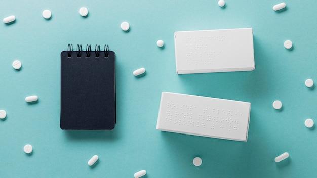 Vue de dessus contenant des pilules avec alphabet braille