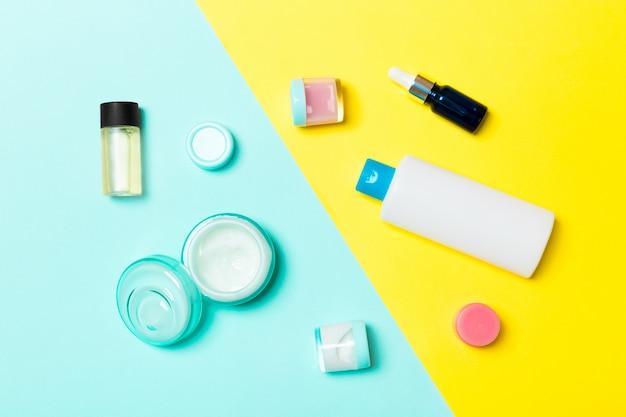 Vue de dessus des contenants de cosmétiques