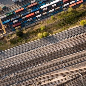 Vue de dessus des conteneurs et des chemins de fer