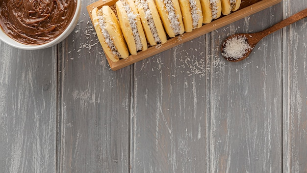Vue de dessus des cookies alfajores avec espace copie