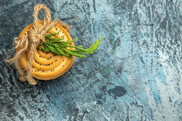 Vue de dessus cookies attachés avec une corde sur l'espace de copie de surface grise