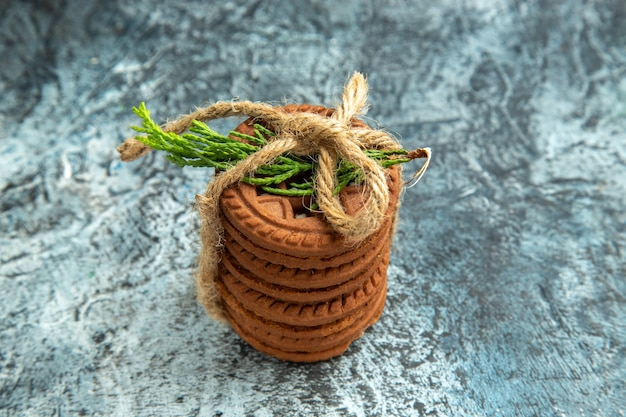 Vue de dessus cookies attachés avec une corde sur une surface grise avec copie place