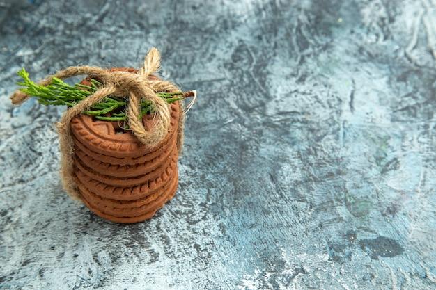 Vue de dessus des cookies attachés avec une corde sur une surface grise avec un espace libre