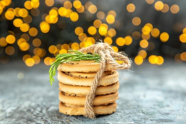 Vue de dessus cookies attachés avec des cordes lumières de noël sur la surface