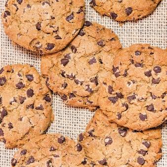Vue de dessus cookies aux pépites de chocolat sur un tissu d'agave