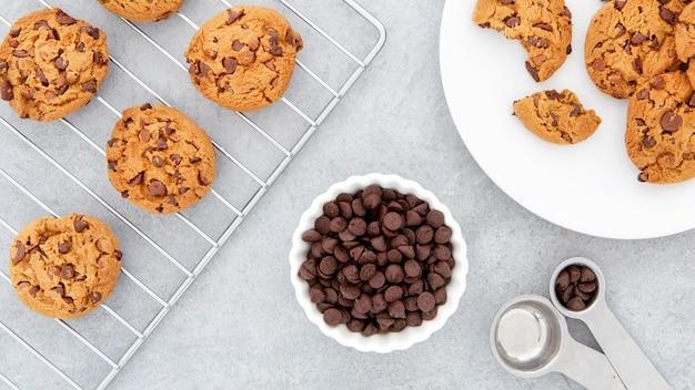 Vue de dessus des cookies dans la plaque