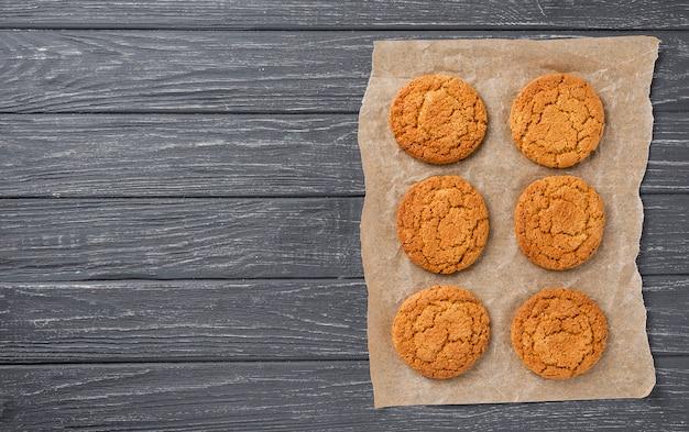 Vue de dessus des cookies sur fond de tissu et copie en bois