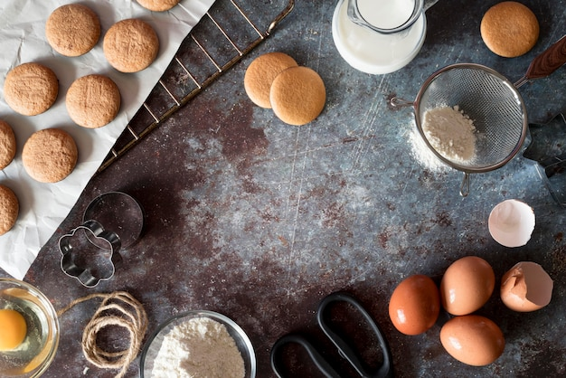 Vue de dessus des cookies avec des œufs et de la farine