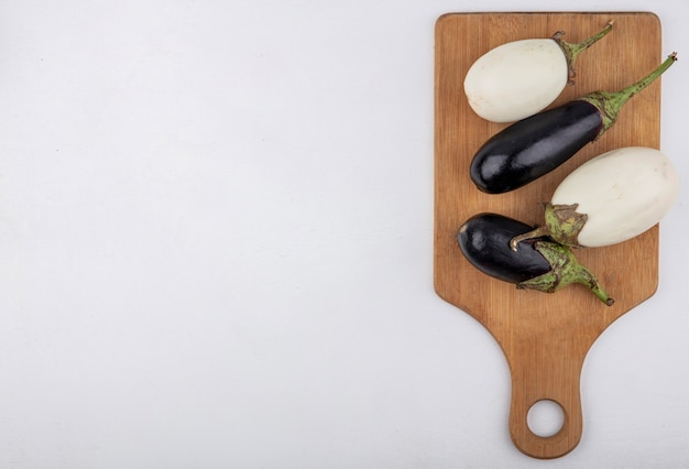 Vue de dessus copie espace aubergine noir et blanc sur une planche à découper sur fond blanc