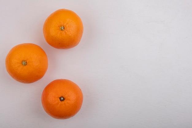 Vue de dessus, copie espace oranges sur fond blanc