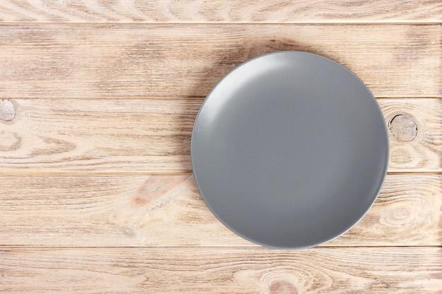 Vue de dessus avec copie gris plaque ronde vide sur fond en bois