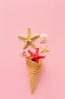 Vue de dessus cornet de crème glacée avec étoile de mer