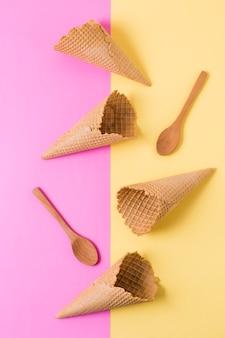 Vue de dessus des cornets de crème glacée avec une cuillère