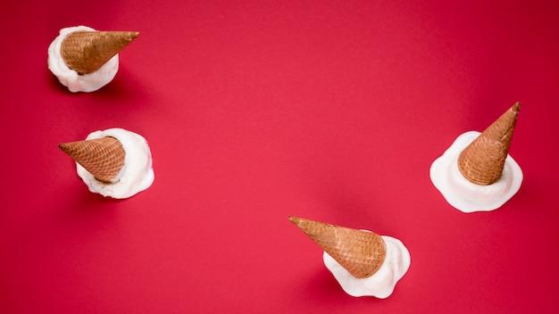 Vue de dessus des cornets de crème glacée avec espace copie