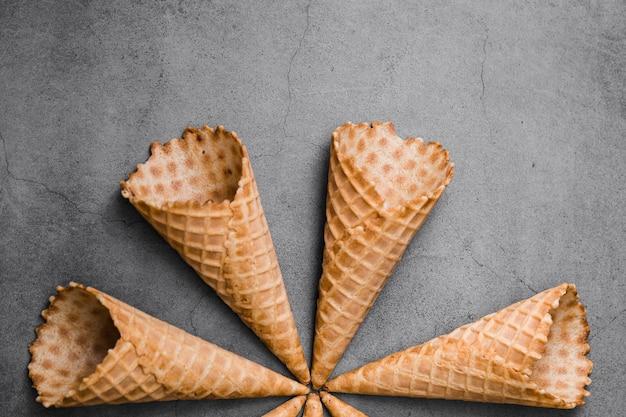 Vue de dessus des cornets de crème glacée