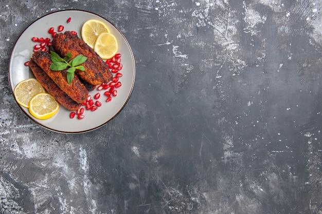 Vue de dessus de côtelettes de viande formées avec des tranches de citron