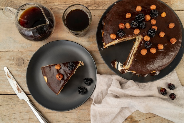 Vue de dessus couper le gâteau avec du café
