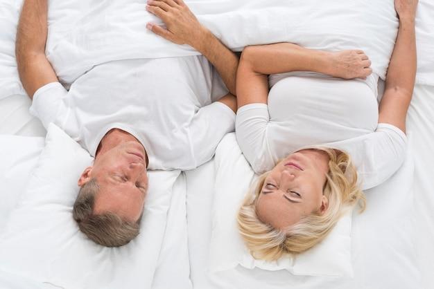 Vue de dessus couple assis dans son lit