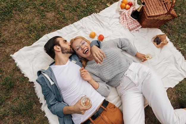 Vue de dessus couple ayant un pique-nique ensemble