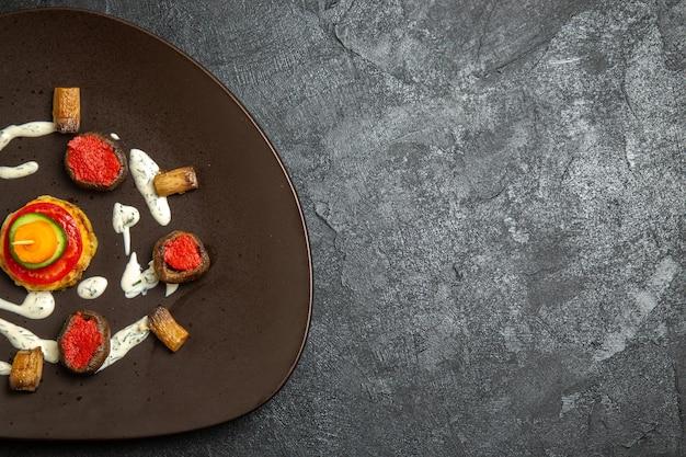 Vue de dessus des courges cuites repas conçu à l'intérieur de la plaque sur la surface grise